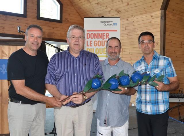 Le ministre Corbeil inaugure le Complexe touristique du bleuet