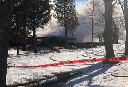 Incendie majeur à Métabetchouan, deux personnes manquent à l'appel