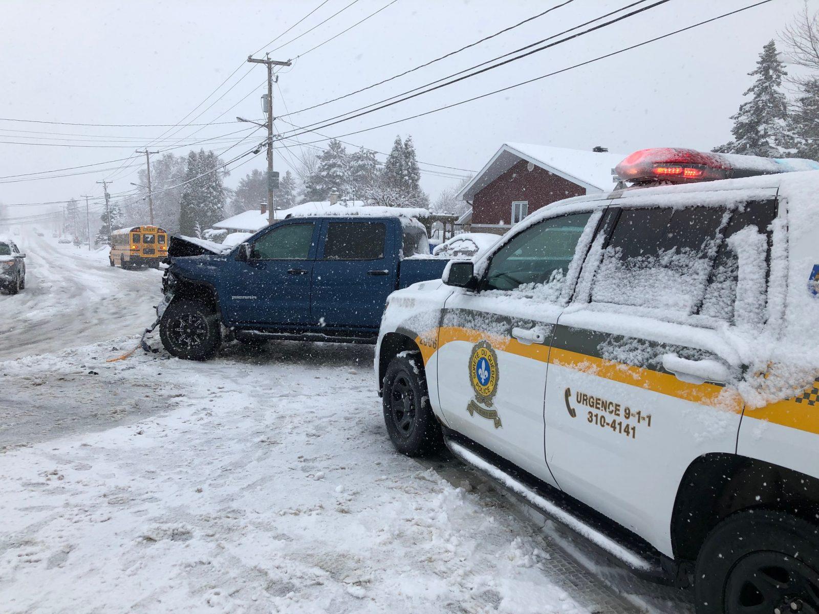 Collision entre une camionnette et un autobus rempli d'élèves