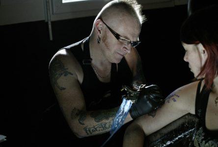 Tatouer pendant 12 heures pour la cause du cancer