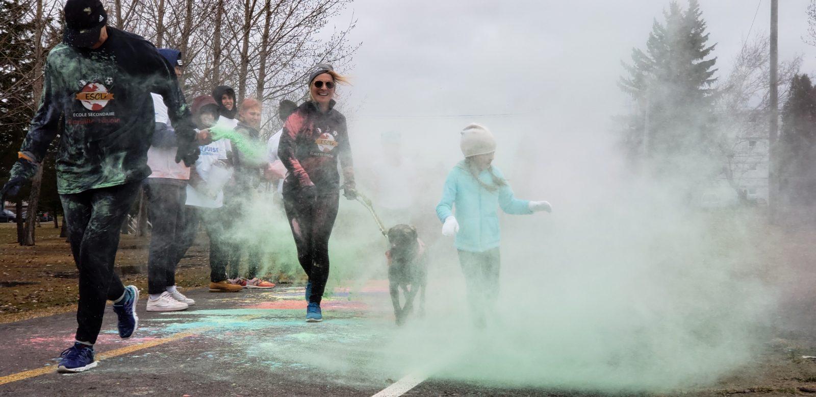 Des centaines de coureurs à la Course des couleurs de la Directrice