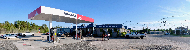 Panorama de la station-service et du Dépanneur Restaurant du Parc. L'aménagement du site sera complété dans les prochaines semaines.