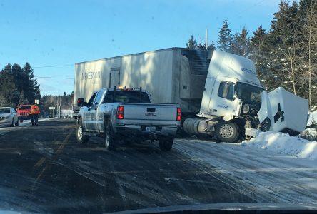 Accident entre un véhicule et un camion à Saint-Henri