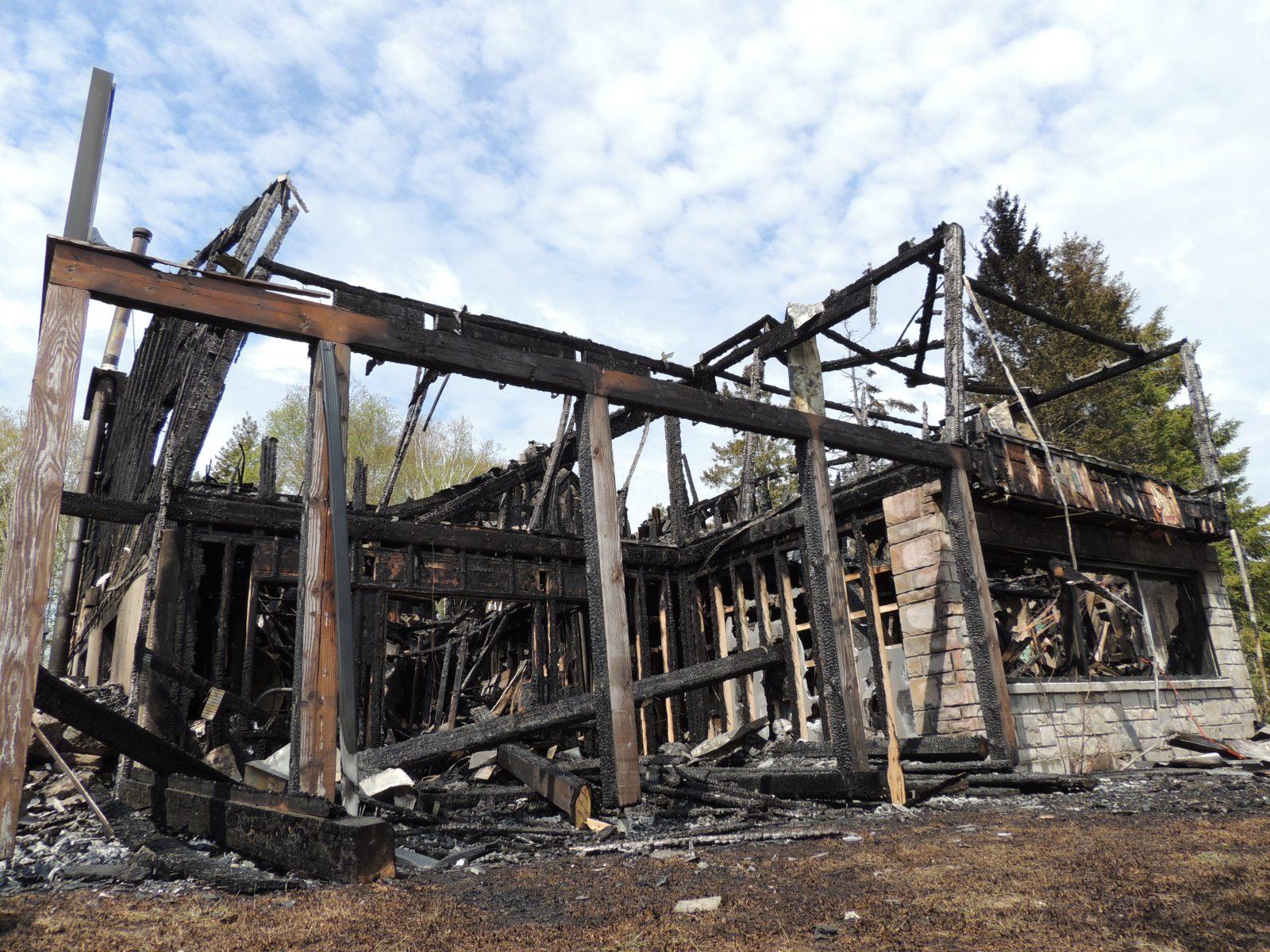 Maison dévastée par un incendie à Saint-Henri-de-Taillon