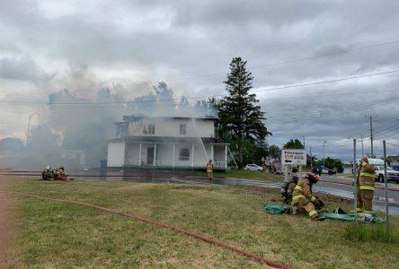 Saint-Gédéon: un immeuble est la proie des flammes